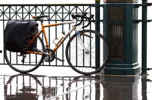 pedalare con la pioggia (foto di Thomas Hawk)